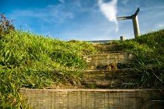 Monter sur les escaliers en bois à l'orientation de signe de carrefour Photos stock
