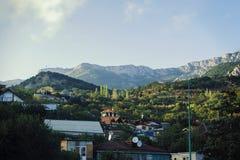 Montera Ai-Petri, kullar som tänds av solen, i förgrundspelarna och husen Royaltyfri Fotografi