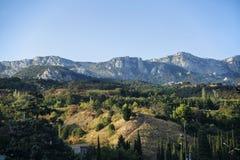 Montera Ai-Petri och kullarna som är upplysta vid solen Arkivfoton