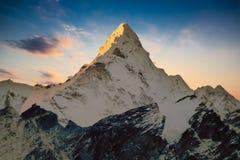 Montera Ama Dablam på gryning från Kala Patthar, Gorak Shep, den Everest baslägertreken, Nepal royaltyfri foto