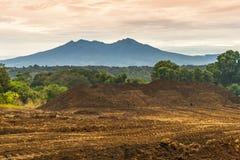 Montera Apo som sett från Amakan, det Buhangin området i Davao Royaltyfri Bild