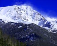 Montera Chapin med snö som blåser av maximumet i Rocky Mountain National Park Arkivbilder