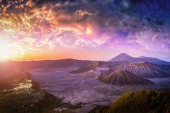 Montera den Bromo vulkan Gunung Bromo på soluppgång med färgrik himmelbakgrund i den Bromo Tengger Semeru nationalparken, East Ja Arkivbilder