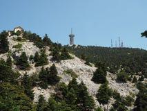 Montera den Parnitha nationalparken, den Grekland - Bafi fristaden - telekommunikationer står högt royaltyfri fotografi