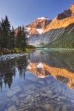 Montera Edith Cavell och sjön, jaspisen NP, Kanada på soluppgång Royaltyfri Fotografi