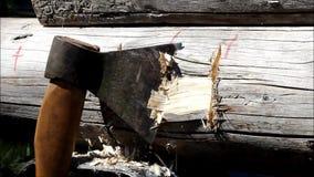 Montera en träram och byggande av ett hus Ryssland Textur av gamla träjournaler, fördjupning i journalen för att sammanfoga för stock video