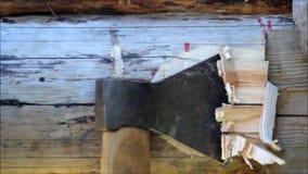 Montera en träram och byggande av ett hus Ryssland Textur av gamla träjournaler, fördjupning i journalen för att sammanfoga för a arkivfilmer