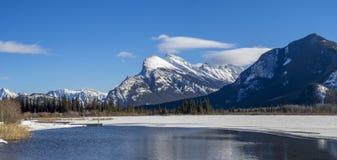 Montera reflekterade Rundle i det iskalla vattnet av Vermillion sjöar Arkivfoto