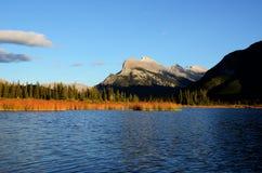Montera Rundle och cinnoberfärg sjöar i höst, kanadensiska steniga berg, Kanada Arkivfoton