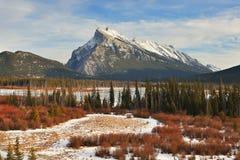 Montera Rundle och cinnoberfärg sjöar i vinter, Banff, AB Royaltyfri Fotografi