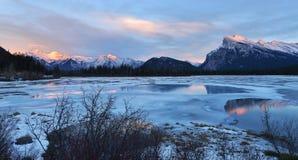 Montera Rundle och cinnoberfärg sjöar i vinter, Banff, AB Arkivbild