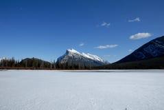 Montera Rundle och cinnoberfärg sjöar i vinter, kanadensiska steniga berg, Kanada Arkivbilder