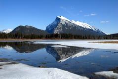 Montera Rundle och cinnoberfärg sjöar i vinter, kanadensiska steniga berg, Kanada Arkivfoton