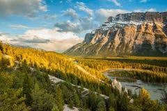 Montera Rundle och olycksbringarna i den Banff nationalparken Royaltyfri Fotografi
