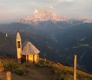 Montera sänkan DI Lana med kapellet för att montera Civetta Arkivfoto