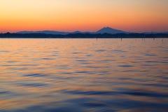 Montera Tsukuba, sakralt berg, över solnedgången på sjön Kasumigaura Arkivbilder