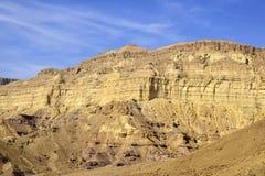 Montera väggen av den lilla krater i den Negev öknen Royaltyfria Bilder