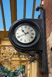 Monterad klocka för tappningjärnvägsstation vägg. Royaltyfria Foton