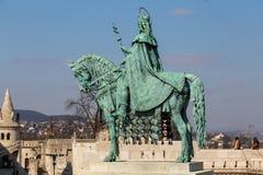 Monterad staty av St Stephen I, aka Szent Istvan kiraly - den första konungen av Ungern på typisk vit rundade tornet av Arkivfoto