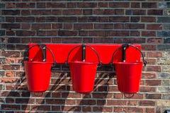 Monterad vägg för tre hinkar för röd brand Arkivfoton