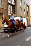 Monterade poliser som patroling på gatorna av Paris Arkivfoton