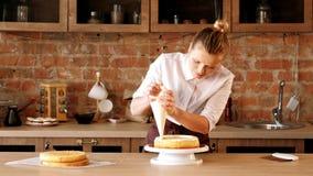 Monterande kaka för kulinarisk mästarklasskonditor arkivfilmer