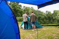 Monterande kupoltält på campa tur royaltyfria foton