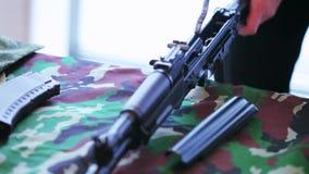Monterande och demonterande Kalashnikovanfallgevär stock video