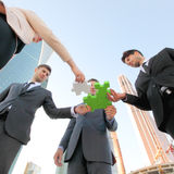 Monterande pussel för affärsfolk Arkivbild