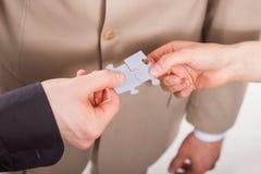 Monterande pussel för affärsfolk. Teamwork. Royaltyfri Bild