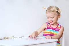 Monterande pussel för litet barnflicka inomhus Arkivbild