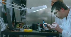 Monterande strömkretsbräde för Robotic tekniker på skrivbordet 4k lager videofilmer