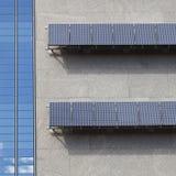 monterat sol- för array byggnad till Arkivfoton
