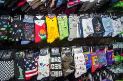 MONTEREY CALIFÓRNIA: Uma loja de lembranças na fileira da fábrica de conservas vende as peúgas coloridas da novidade, artigo popu imagens de stock