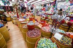 MONTEREY, CALIFORNIË: Een taffy winkel op het toeristengebied van Conservenfabriek Roy verkoopt snoepjes in elk denkbaar aroma stock foto