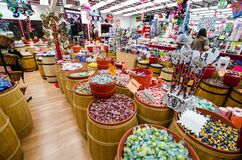 MONTEREY, KALIFORNIA: Taffy sklep w regionie turystycznym Cannery Roy sprzedaje cukierki w każdy smaku wyobrażalnym zdjęcie stock