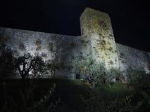 Monteriggioni, Siena, Italia Paesaggio di notte delle pareti esterne del villaggio La Toscana, Italia fotografia stock
