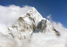 Montering Ama Dablam inom moln Arkivfoto