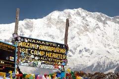 Montering Annapurna och skylt i basläger Arkivfoton