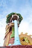 Montering av den jätte- huka sig ned draken Royaltyfri Bild