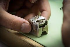 Montering av den mekaniska klockan Arkivfoton