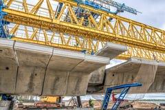 Montering av det sista betongelementet av den kronprinsessaMary bron arkivbilder