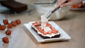 Montering av kakorna av chokladkexet Förberedelse av den ljusbruna kakan Baka en ljusbrun kaka för choklad Laga mat kexet stock video