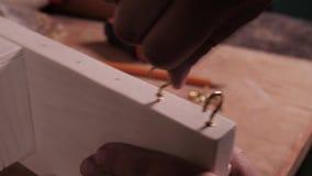 Montering av kroken in i en handgjord produkt stock video