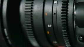 Montering av linsen på kameran stock video