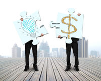 Montering av pussel för idé är pengar på trägolv Arkivbild