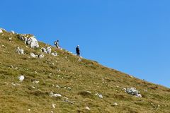 Montering Baldo, Italien - Augusti 15, 2017: gå bergturism folket klättrar berget Arkivfoto
