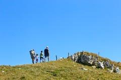 Montering Baldo, Italien - Augusti 15, 2017: gå bergturism folket klättrar berget Arkivbild