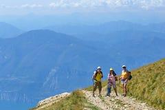 Montering Baldo, Italien - Augusti 15, 2017: gå bergturism folket klättrar berget Royaltyfria Bilder