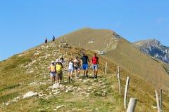 Montering Baldo, Italien - Augusti 15, 2017: gå bergturism folket klättrar berget Arkivbilder